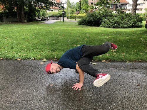 Breakdancer Dinko zeigt den sogenannten Baby Freeze.