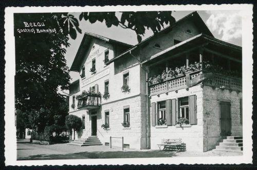 Christian Jochum aus Hörbranz erbaute 1902 die Bahnhofsrestauration in Bezau, doch schon ein Jahr später ging das Gebäude in den Besitz von Franz Josef Natter über.
