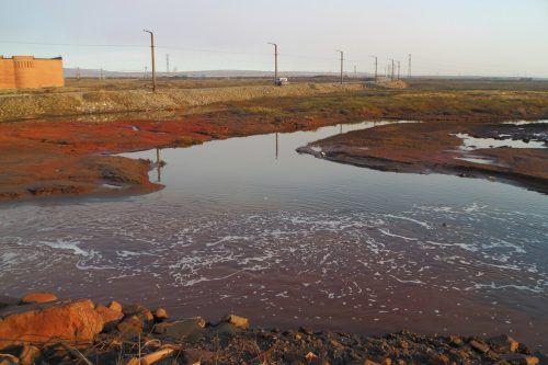Das ausgelaufene Dieselöl hat den Fluß bei Norilsk bereits braun gefärbt. AP