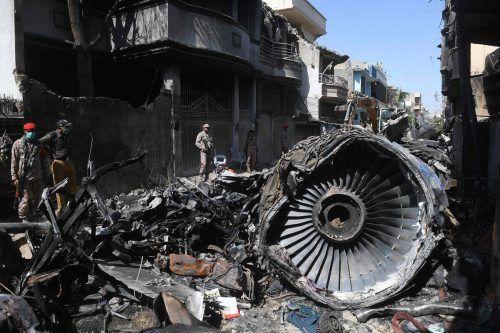 Das Flugzeug stürzte in ein Wohngebiet von Karachi. AFP