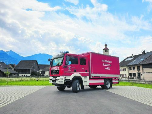 Das neue Versorgungsfahrzeug wurde bereits in Empfang genommen – die Feuerwehrler errichteten eigens einen Anbau. l. thoma