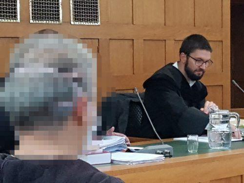 Der ältere Angeklagte, der seinem Landsmann angeblich das Messer aushändigte, und Verteidiger Martin Ulmer.