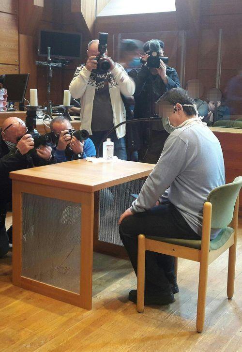 Der Angeklagte vor Beginn des Prozesses am Landesgericht in Innsbruck. APA