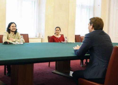Der Dornbirner Aaron Wölfling bei Bundeskanzler Sebastian Kurz. Das Gespräch war das Resultat des dreiwöchigen #CampForFuture-Protests vor dem Kanzleramt. BKA/Tatic