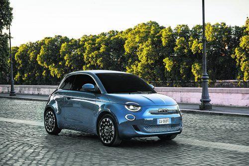 """Der Elektro-Kleinstwagen Fiat 500 kann ab sofort außer als Cabrio auch in der geschlossenen Variante reserviert werden. Zur Ausstattung des Dreitürers, den es zunächst nur als Sondermodell """"La Prima"""" gibt, zählen Panorama-Glasdach, Sitze in Leder-Optik und LED-Scheinwerfer. Den Antrieb übernimmt ein 118 PS starker E-Motor, die Reichweite gibt der Hersteller mit 320 Kilometern an."""