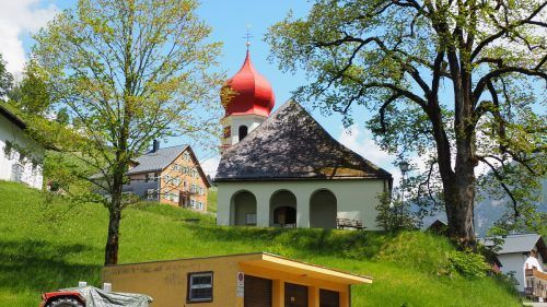 Der Pfad startet unterhalb der Kirche.