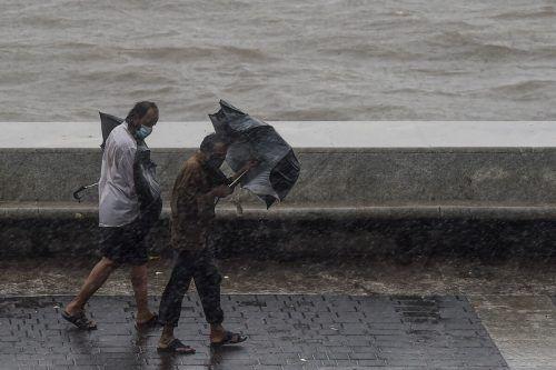 Der Zyklon hat mit heftigen Windböen und starken Regenfällen das Festland erreicht.