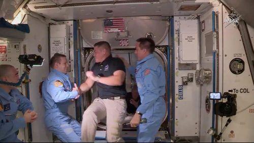 Die beiden Astronauten wurden an Bord der ISS herzlich begrüßt. Reuters