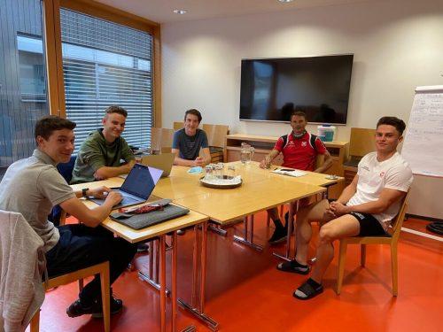 Die drei Schüler des GYS mit Karateweltmeister Daniel Devigili (im roten T-Shirt) und ÖSV B-Kader-Läufer Thomas Dorner (r.).GYS