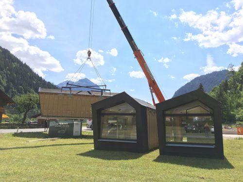 Die ersten drei cabinski-Ferienhäuschen wurden gestern Vormittag in St. Gallenkirch angeliefert.VN/Paulitsch
