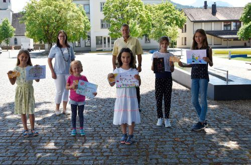 Die Gewinnerinnen Lara Parigger, Karlina Markstaler, Matilda Knobel-Flores, Thalea und Malina Fox mit Bgm. Katharina Wöß-Krall und Johannes Thurnher. Marktgemeinde