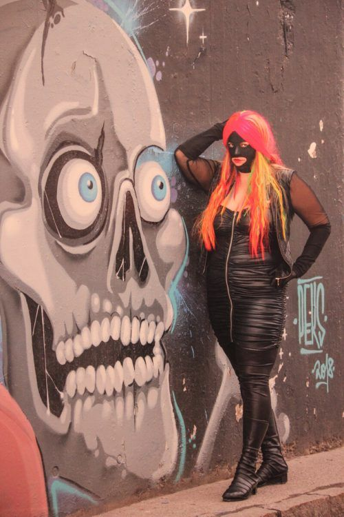 """Die grellbunte Kunstfigur """"Lady Rainbow"""" ist seit 2015 zu einem Alter Ego von Bettina Bohne geworden. ag"""