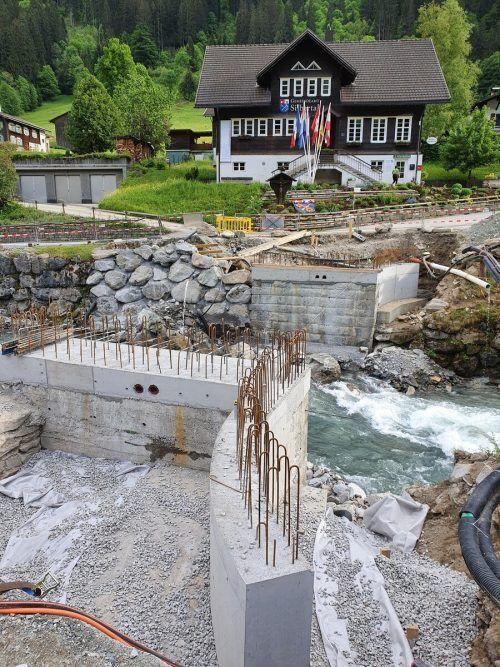 Die Neuerrichtung der Kirchbrücke in Silbertal läuft auf Hochtouren. STR