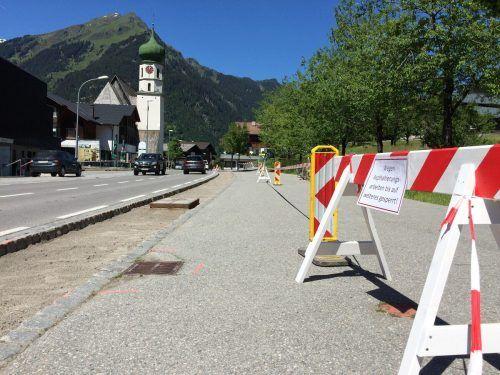 Die Pflastersteine auf dem Gehsteig in St. Gallenkirch wurden entfernt und durch eine Asphaltschicht ersetzt. VN/JS