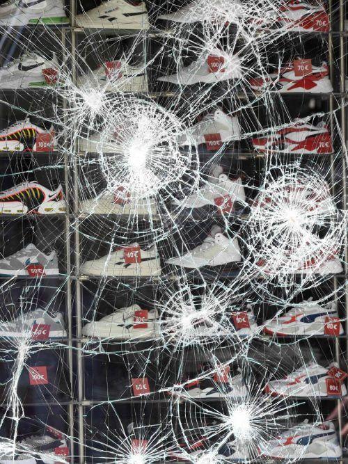 Die Randalierer schlugen Schaufenster ein und plünderten Geschäfte.