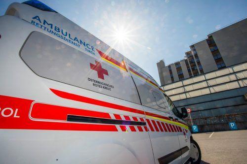 Die Rettung brachte die Verletzte ins Krankenhaus. SYMBOL/VN/PAULITSCH