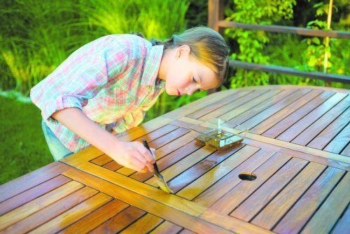 Die richtige Pflege Ihrer Gartenmöbel sorgt für deren längere Lebensdauer.IStock