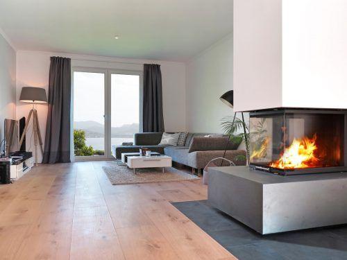 Die Verbindung von Holz und Feuer sorgt für Wohlfühlflair. Shutterstock