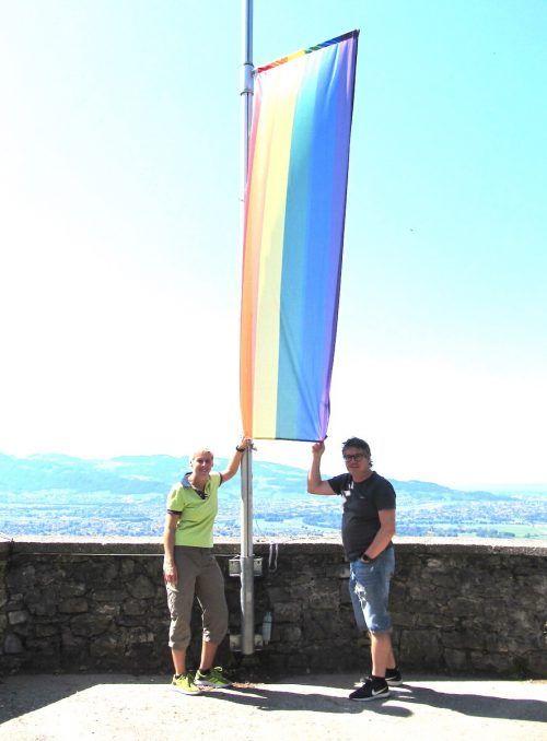 Dieter Heidegger und Stadträtin Patricia Tschallener hissten die Regenbogen-Flagge auf Alt-Ems. the