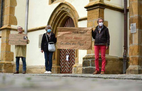 Dutzende Eltern und Lehrer haben wegen der Schulschließungen protestiert. AP