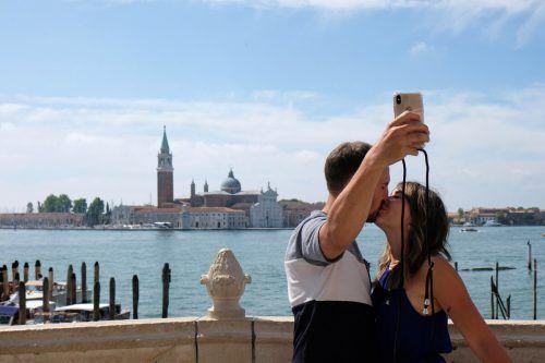 Ein Pärchen macht ein Selfie in Venedig. Italien hofft auf im Sommer auf viele Urlauber. reuters