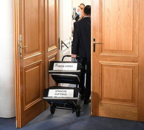 Ein Parlamentsmitarbeiter transportiert entsprechende Akten.