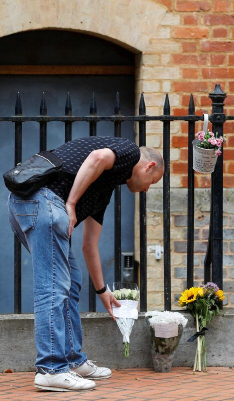 Ein Trauernder legt Blumen für die Opfer nieder. reuters