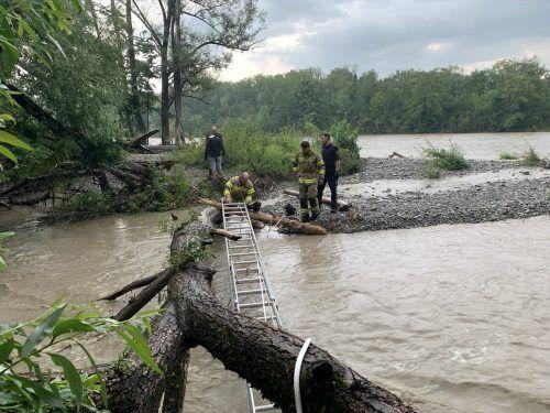 Eine Leiter diente den Einsatzkräften als Behelfsbrücke zur Sandbank. Feuerwehr Hard