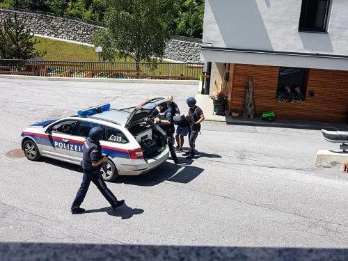 Einer der beiden Täter bei der Festnahme durch die Polizei, zu der es in einem Ortsteil in Ischgl kam. zeitungsfoto.at