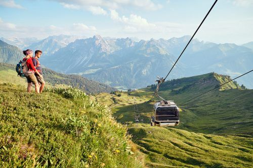 """Einsteigen. Aussteigen.Bergwelt genießen.Es wartet ein spektakuläres 300-Gipfel-Bodensee-Panorama, traumhafte Wanderwege für die ganze Familie, sportlich anspruchsvolle Bergpfade sowie eine genussvolle Kulinarik. Highlight: Interaktive Ausstellung mit Themenwanderweg """"Bergwelt zum Sehen und Staunen"""". Das Ausflugsziel das begeistert. www.diedamskopf.at"""