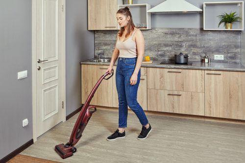Boden aus Kunststoffbelägen sind strapazierfähig sowie leicht zu reinigen und eignen sich daher für Küchen besonders.shutterstock