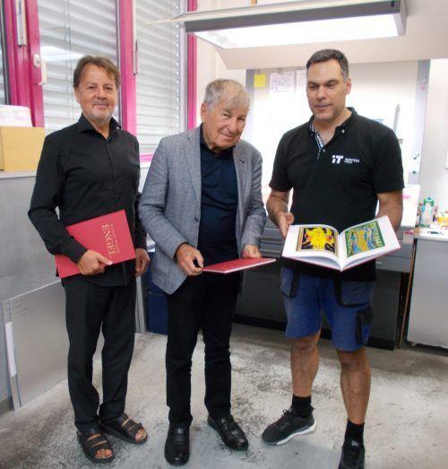 Firmenchef Günter Bucher , Prof. Gerhard Winkler und Drucker Sandor Demjen (v.l.) präsentieren das Buch. BET
