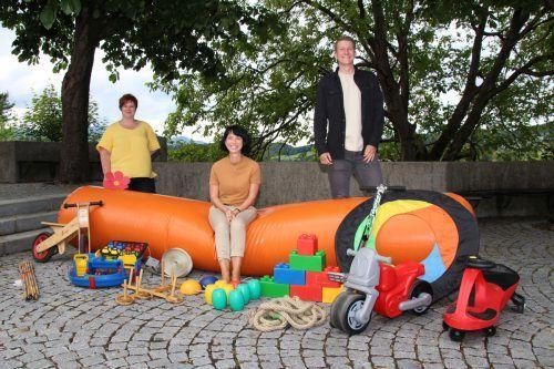 Gaudiwurm und Co: hier Sibylle Scherer, Barbara Frick und Linus Gabriel mit einer großen Auswahl an Freilandspielen. HE