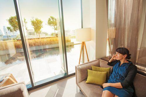 Große Fenster lassen viel Licht ins Innere des Hauses dringen. Das tut auch unserer Seele gut.Shutterstock