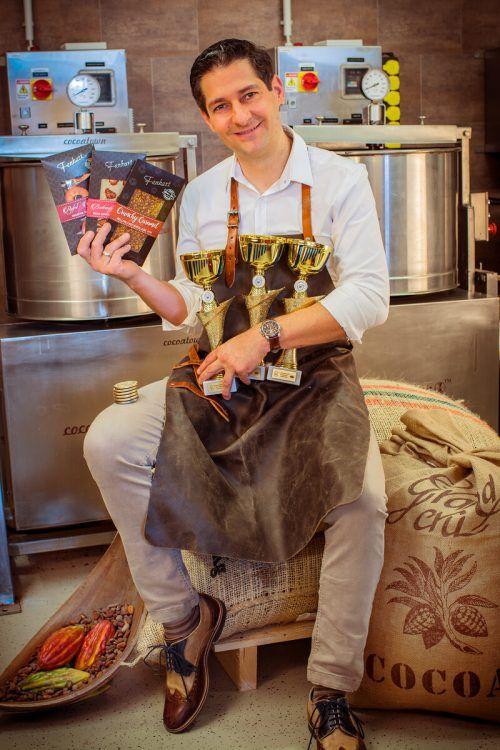 Gunter Fenkart mit seinen ungefüllten Schokoladen und den Pokalen dafür.Fa