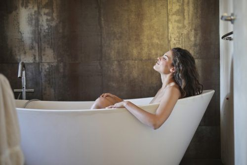Hell-Dunkel-Kontraste sind, was das Bad betrifft, voll im Trend. Shutterstock