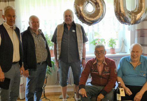 Herbert Sperl wurde an seinem 80. Geburtstag von einer Delegation der Pensionisten der VIDA Bludenz überrascht. Nüziger Pensionisten