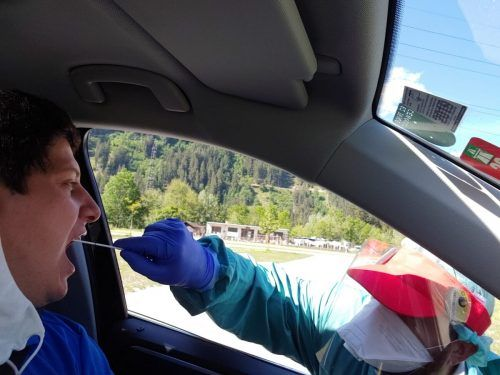Im Montafon werden Tourismusmitarbeiter im Drive-in getestet. HLS
