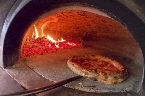 Immer öfter wird in Neapel der Pizza-Holzofen durch einen Elektroofen ersetzt. AP