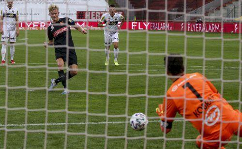In der Schlussphase hielt Altach-Torhüter Martin Kobras das Remis fest, als er einen Elfmeter von Morten Hjulmand mit den Füßen parierte.gepa