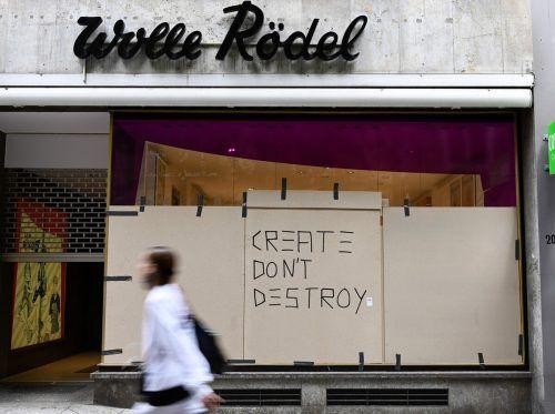 In der zentralen Stuttgarter Einkaufsstraße hatten Randalierer Schaufenster zerstört und Geschäfte geplündert. Provisorisch reparierte Fenster erinnern an die Chaos-Nacht. AFP