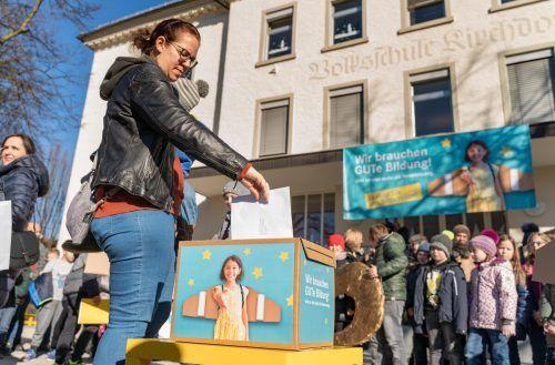 In einem kreativen Schulfest protestierte die Schulgemeinschaft der VS Kirchdorf gegen die verpflichtende Ziffernnote. VN7Stiplovsek