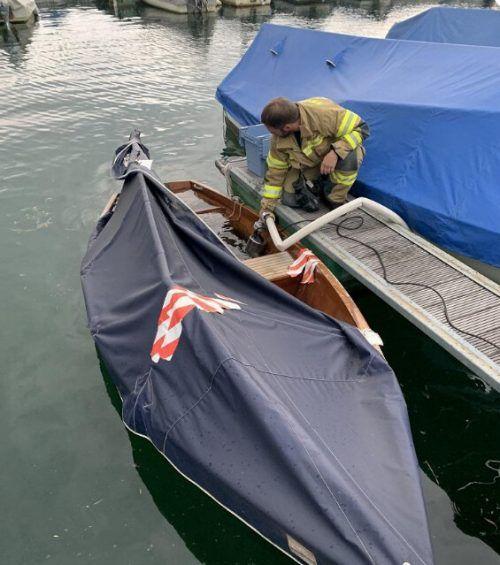 In Hard drohte ein vollgelaufenes Boot zu sinken. FW Hard