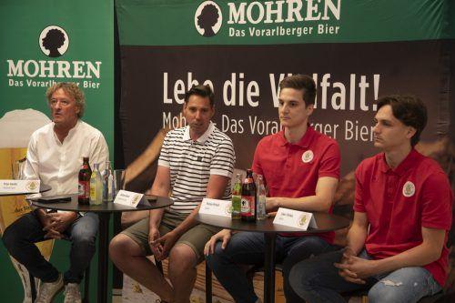 Informierten vor dem Heimspiel am Freitag, v. l.: Peter Handle, Andreas Genser und die Spieler Florian Prirsch und Lukas Fridrikas.Paulitsch