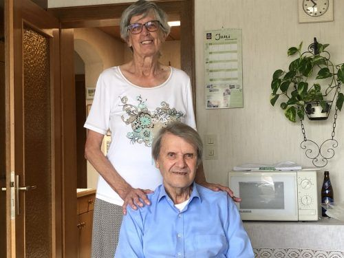 Jetzt können sie wieder lächeln. Eckard Gigerl und seine Frau Hedwig. Dem ehemaligen Covid19-Patienten geht es wieder gut.VN/Hämmerle