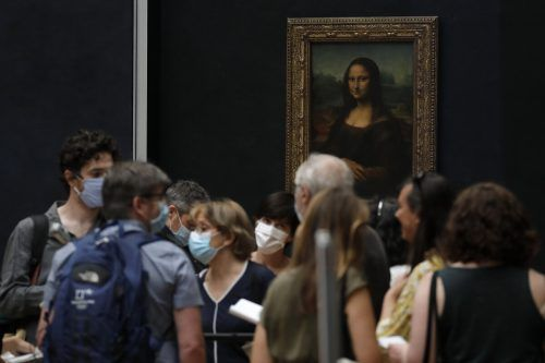 Journalisten informierten sich über die Umgestaltung im Louvre. AP