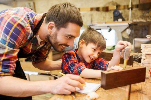 Kinder teilen gerne ein Hobby mit dem Vater.shutterstock