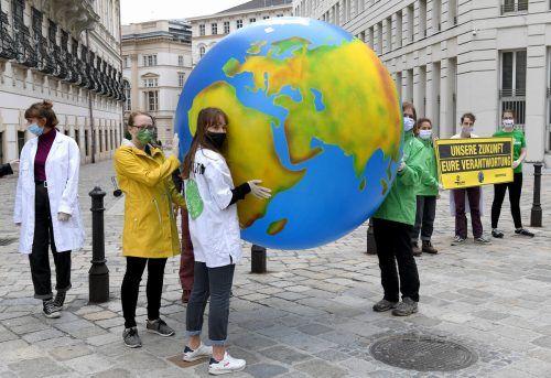 Klimaaktivisten forderten von der Regierung am Randeihrer Klausur Mitte Juni Handlungen. Nichtstun könnte teuer werden.APA