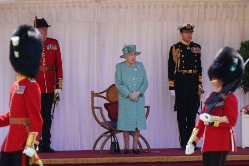 """Königin Elizabeth II. verfolgte die als """"Mini-Trooping"""" bezeichnete Zeremonie von einem überdachten Podium im Innenhof des Schlosses aus. AP"""