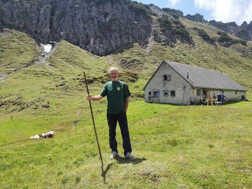 Kurt Studer kümmert sich gemeinsam mit seinem Cousin Helmut Vaschauner seit über 20 Jahren um die Alpe und deren wollige Bewohner. vn/JLO